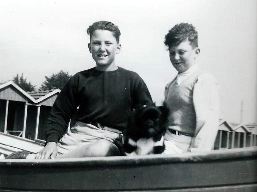 1942, Marcello con il fratello e il cane