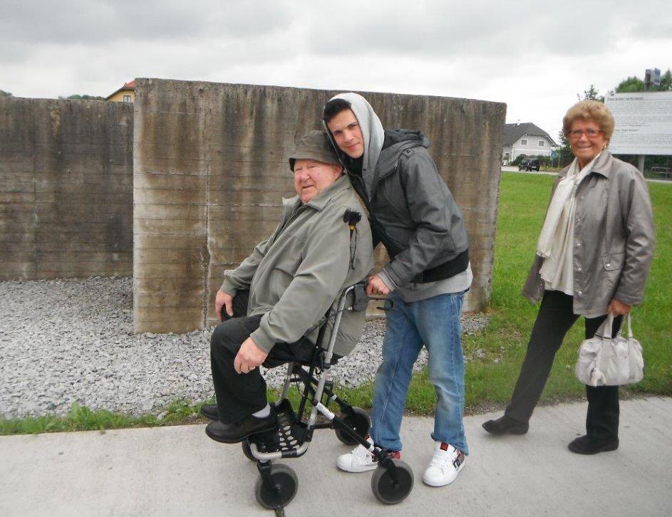Marcello con Mariella e il nipote Vittorio, a Gusen nel 2013